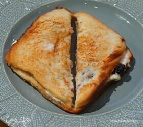 Французский тост со сливочным сыром и вишней