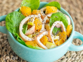 Салат с кальмарами, шпинатом и свежими фруктами