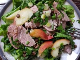 Теплый салат с уткой и печеными яблоками