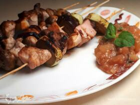 Шашлык из индейки в ягодном маринаде с пряными овощами