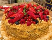 «Наполеон» с ягодами и ванильным кремом