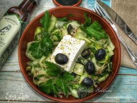 Салат с фетой и маслинами