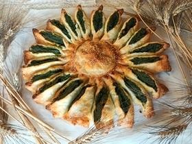 «Солнце» из слоеного теста с рикоттой и шпинатом