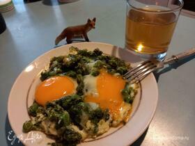 Яичница с горошком и шпинатом