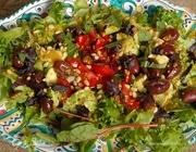Салат с помидорами черри, авокадо и оливками