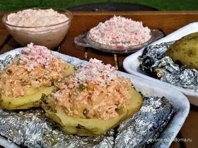 «Крошка-картошка» на углях с крабовым мясом и домашним соусом