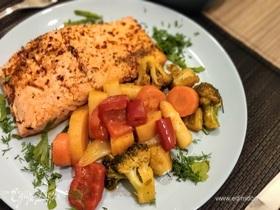 Жареный лосось с сезонными овощами