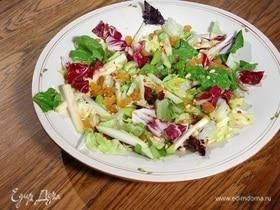 Салат с яблоком, изюмом и кедровыми орехами
