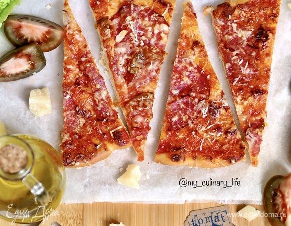 Пицца с сырокопченой колбасой и пармезаном