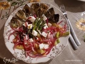 Салат из жареных артишоков и спаржи