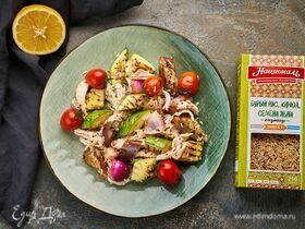 Теплый салат с бурым рисом, киноа, семенами льна и курицей