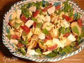 Картофельный салат с моцареллой, салями и руколой
