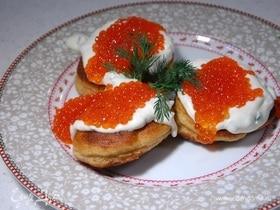 Бисквитные оладьи со взбитыми сливками и красной икрой