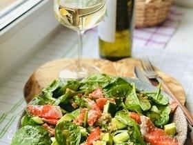 Овощной салат с киноа и форелью