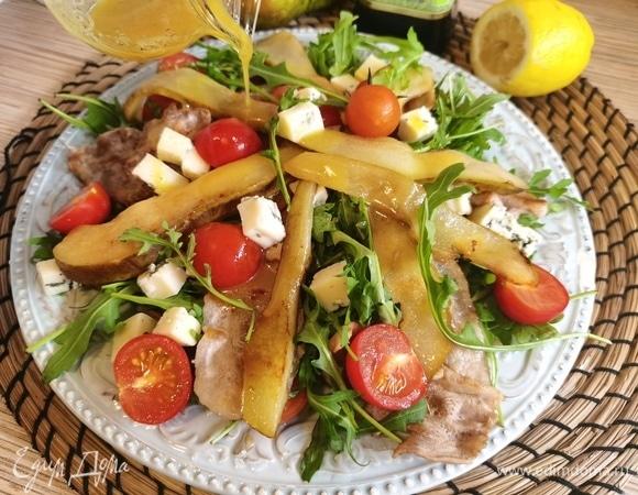 Салат с грушей, беконом и руколой