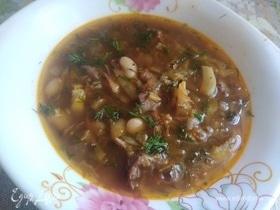 Суп по-домашнему с фасолью и сушеными грибами