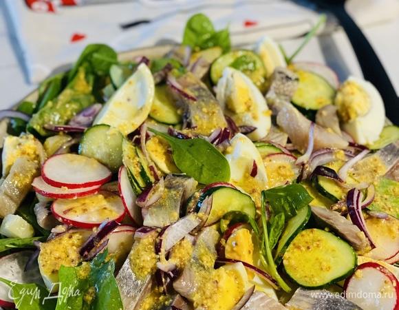 Салат с овощами и сельдью