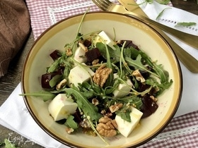 Салат с руколой и свеклой