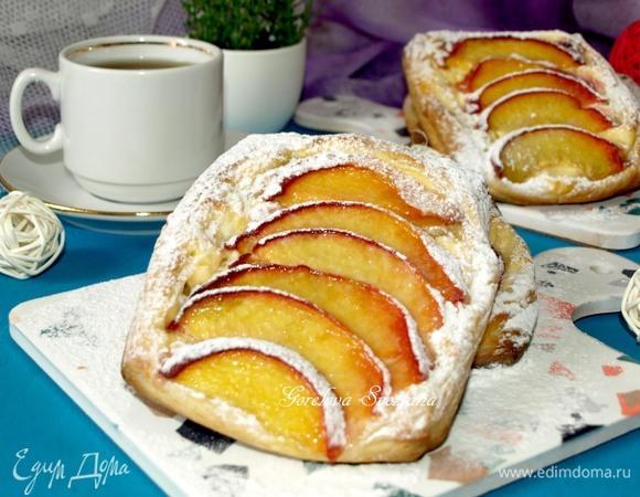 Слойки с персиками, кедровыми орехами и мягким сыром
