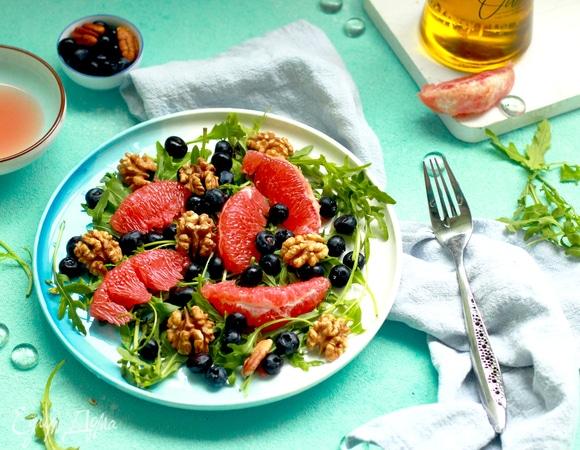 Салат с грейпфрутом, черникой, грецким орехом и руколой