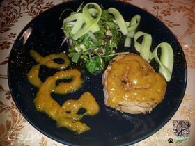 Говяжья вырезка с манговым чатни и зеленым салатом