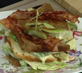 Клаб-сэндвич с индейкой, беконом и авокадо