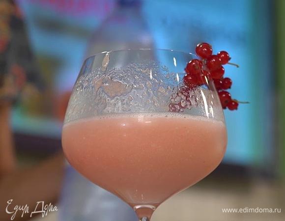 Безалкогольный коктейль с персиком и красной смородиной