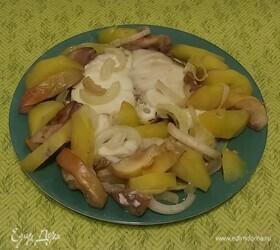 Треска, запеченная с картошкой, луком и яблоками