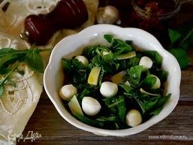 Салат с руколой, сыром и вялеными томатами