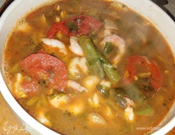 Рыбный суп с зеленой фасолью, креветками и шампиньонами