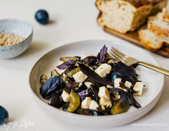 Салат с базиликом, фетой и сливой